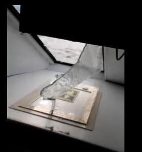 Il finestrino distrutto dall'onda