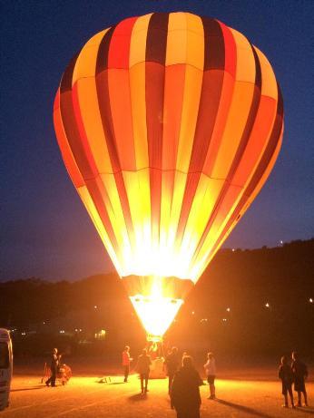 i colori della mongolfiera illuminano lo stadio di Lipari