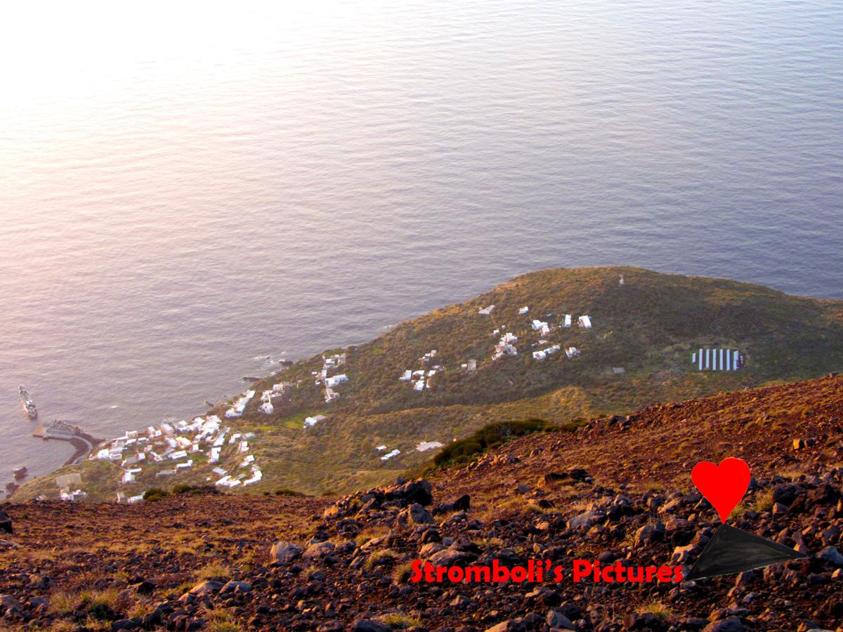 Il paese di Ginostra visto dalla sommità dello Stromboli