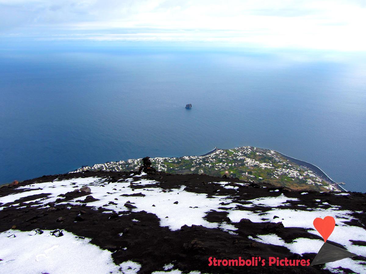 Paesaggio-innevato-con-il-paese-di-Stromboli