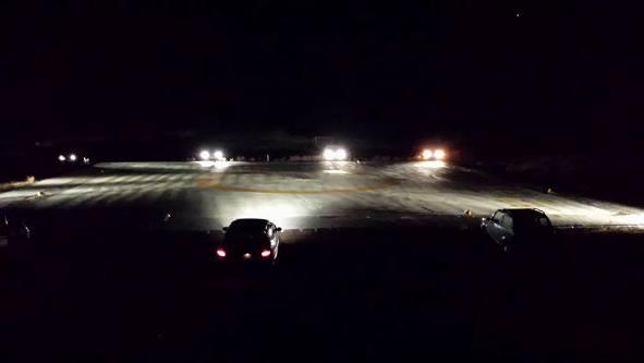 l'elipista illuminata dalle automobili
