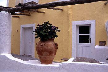 uno dei tipici colori della case eoliane ( Panarea)