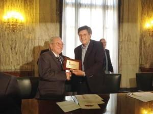 Il presidente Aldo Natoli riceve il premio