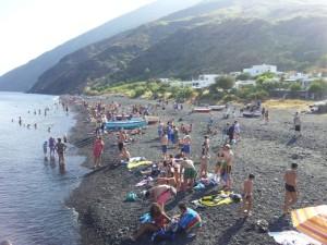 turisti di giornata nella spiaggia di Scari