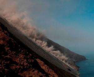 la valanga di materiale sulla Sciara del fuoco fino al mare