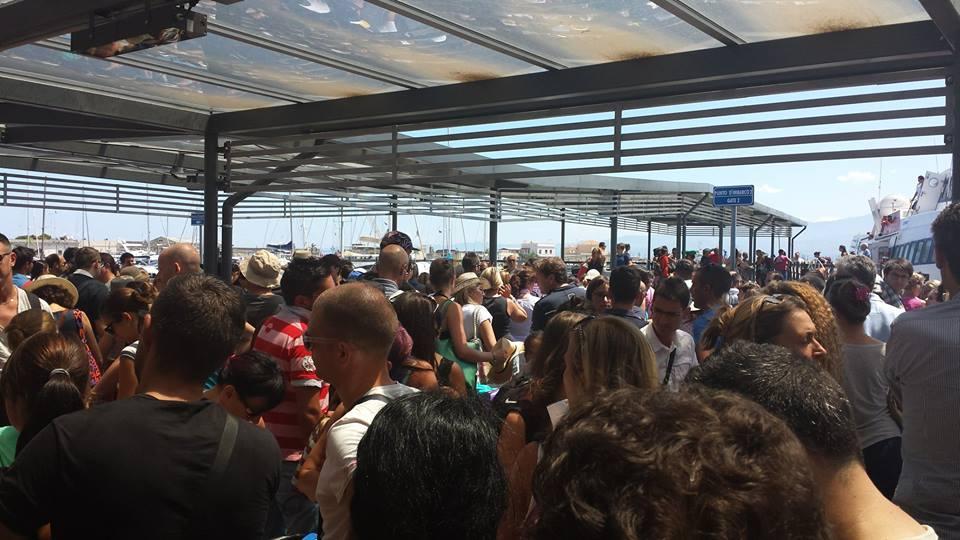 il terminal aliscafi di Milazzo, in estate, invaso dai turisti in partenza per le Eolie
