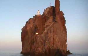 Strombolicchiio con il suo Faro
