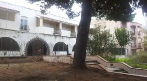 lex albergo e il confinante palazzo con gli appartamenti ex Polizia municipale