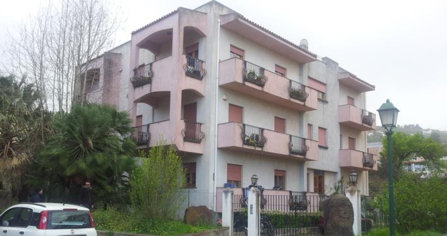 I locali ex polizia municipale, al secondo piano, e il garage per la foresteria dei Carabinieri