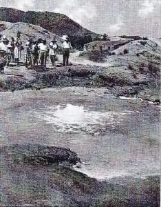 il mare caldo, l'acqua ribolle, dalle fenditure del fondale fuoriescono pagliuzze di zolfo incandescente.