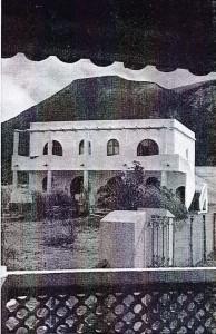 Una tipica casa eoliana. Appena dieci anni fa Vulcano non offriva nulla, soltanto sabbia. Oggi l'aliscafo collega Vulcano a Messina, il gong dà agli ospiti degli alberghi il segnale del pranzo.