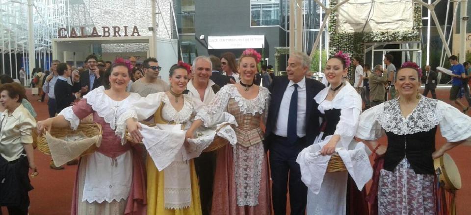 I cantori popolari delle Eolie con il sindaco di Milano , Giuliano Pisapia