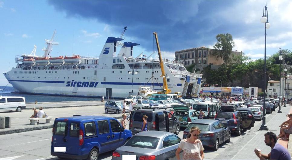 Il Laurana , traghetto impiegato nella linea Napoli - Eolie SNS
