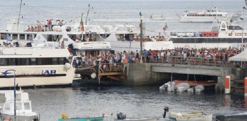 """lo sbarco di centinaia di turisti in contemporanea a Stromboli. L'aumento a 5 euro anche per frenare l'invasione dei """"mordi e fuggi"""""""
