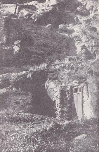 abitazioni primitive scavate nella roccia