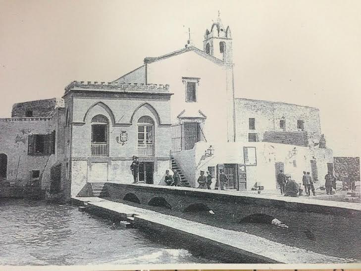 Una vecchia foto della chiesa delle anime del purgatorio con la vicina ex capitaneria