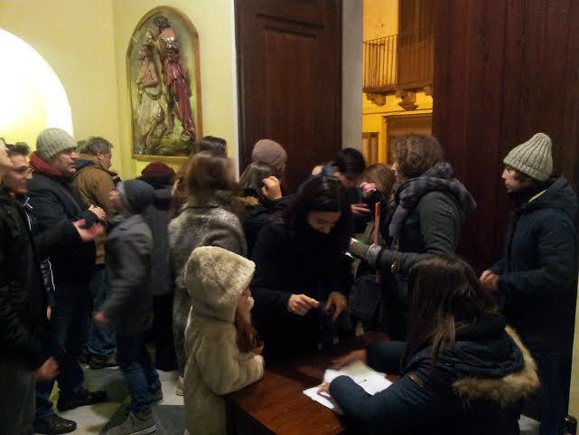 La raccolta firme di ieri sera nella chiesa di San Pietro