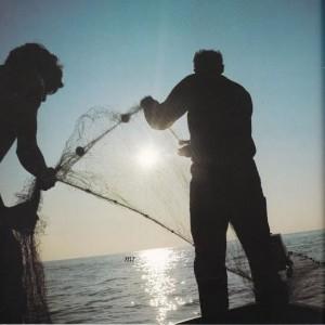 da SICILE ILES LIPARI di Tomas Micek 1977- pescatori di Stromboli lanciano le reti.
