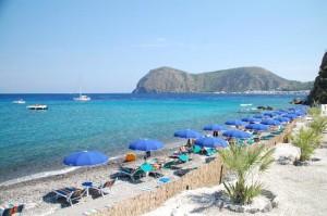 una spiaggia di lipari con servizi per i turisti
