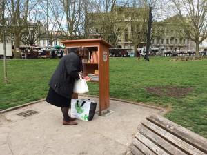 """una """"bibliotechina"""" da strada a Bordeaux"""