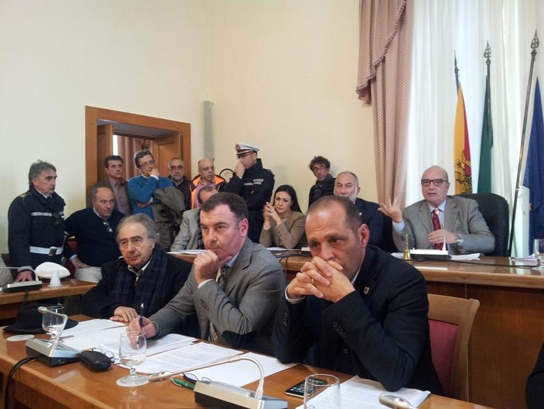Dietro i sindaci, Il presidente della Commissione Digiacomo e l'on. Zafarana a Lipari nelle recente riunione della commissione a Lipari