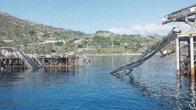 il pontile ex Pumex spezzato dalle mareggiate  simbolo di un passato da riconvertire