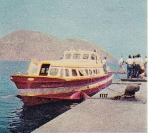 Le isole Eolie offrono tutto quel che può chiedere il più esigente dei turisti in cerca di sensazioni nuove e di angoli esotici e pittoreschi. Ci si arriva con l'aliscafo (foto), un curioso, modernissimo battello che sembra volare sulle onde.