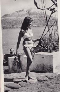 Una bella bagnante tedesca, con l'occorrente per la pesca subacquea, a Vulcano, nelle Eolie. Queste isole, che ora si organizzano turisticamente, sono già meta di turisti stranieri, francesi specialmente
