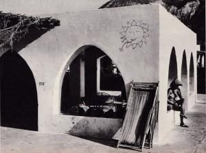 """Una casa del """"Village du Soleil"""" di Santo Vinciguerra, a Vulcano. I turisti hanno a disposizione queste costruzioni fatte di una o più stanze che si affacciano su una veranda coperta ( la vita, qui, si svolge praticamente tutta all'aperto), il cannucciato (che si scorge a sinistra nella foto) copre cucina, forno, lavatoio e pozzo, comuni a due o più costruzioni. La sera si cena a lume di candela e ci si alza all'alba. Bisogna far vita sana per forza: non c'è energia elettrica, perciò niente luce, niente radio, niente televisione."""