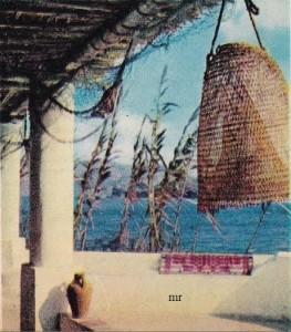 """Un """"bisuolo"""", la caratteristica casetta turistica del """"Villaggio du Soleil"""", una tipica casa eoliana e alcune ceramiche artigiane di Vulcano."""
