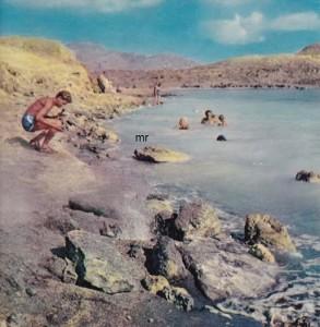 Le fumarole vulcaniche solforose a Porto Levante. Il bagno in questo tratto di mare, dove l'acqua è solforosa e fortemente radioattiva, riesce di gran giovamento alla pelle.