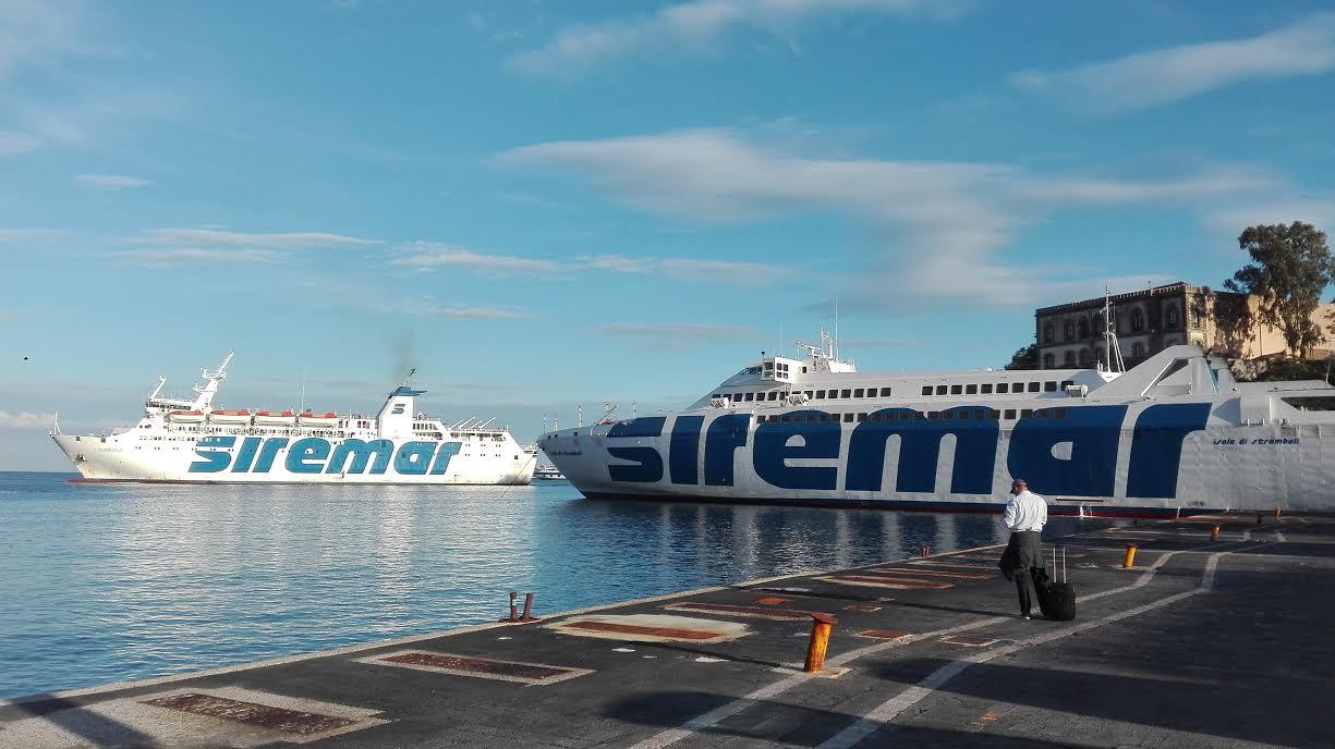 navi-siremar-caronte-tourist