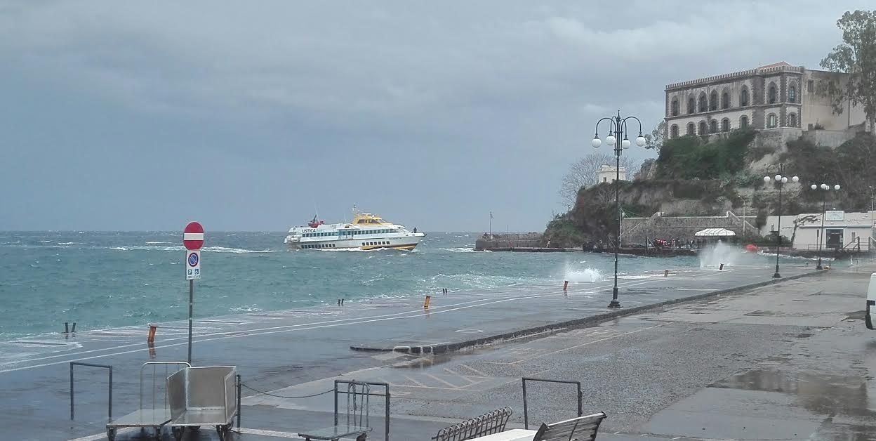 l'aliscafo Libertylines delle 9,30 nel mare in temepsta