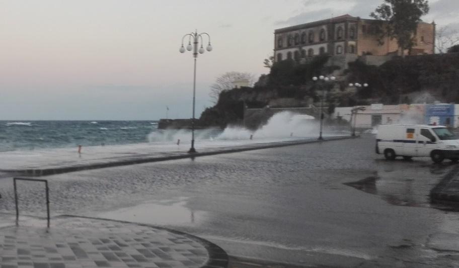 il porto di Lipari travolto dai marosi del pomeriggio