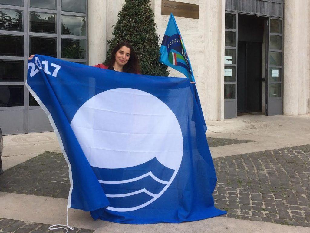 l'assessore Centurrino con la Bandiera blu