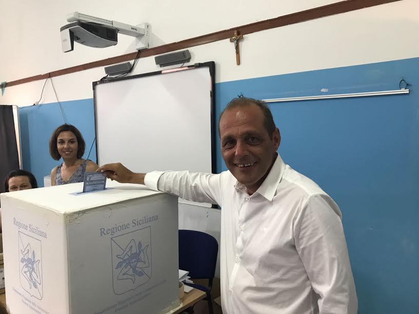 il sindaco uscente Marco Giorgianni al seggio di Canneto