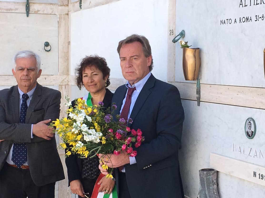 il Sindaco di Cefalonia davanti alla tomba di Altero Spinelli