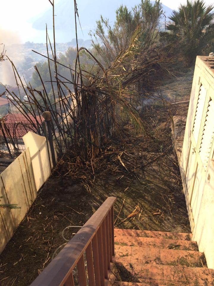 il fuoco vicino alle case, foto di Rossana Manfrè