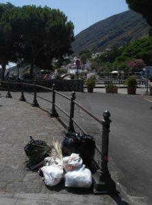 sacchetti sul lungomare di Santa Marina Salina. Foto del 4 agosto 2017 alle ore 13