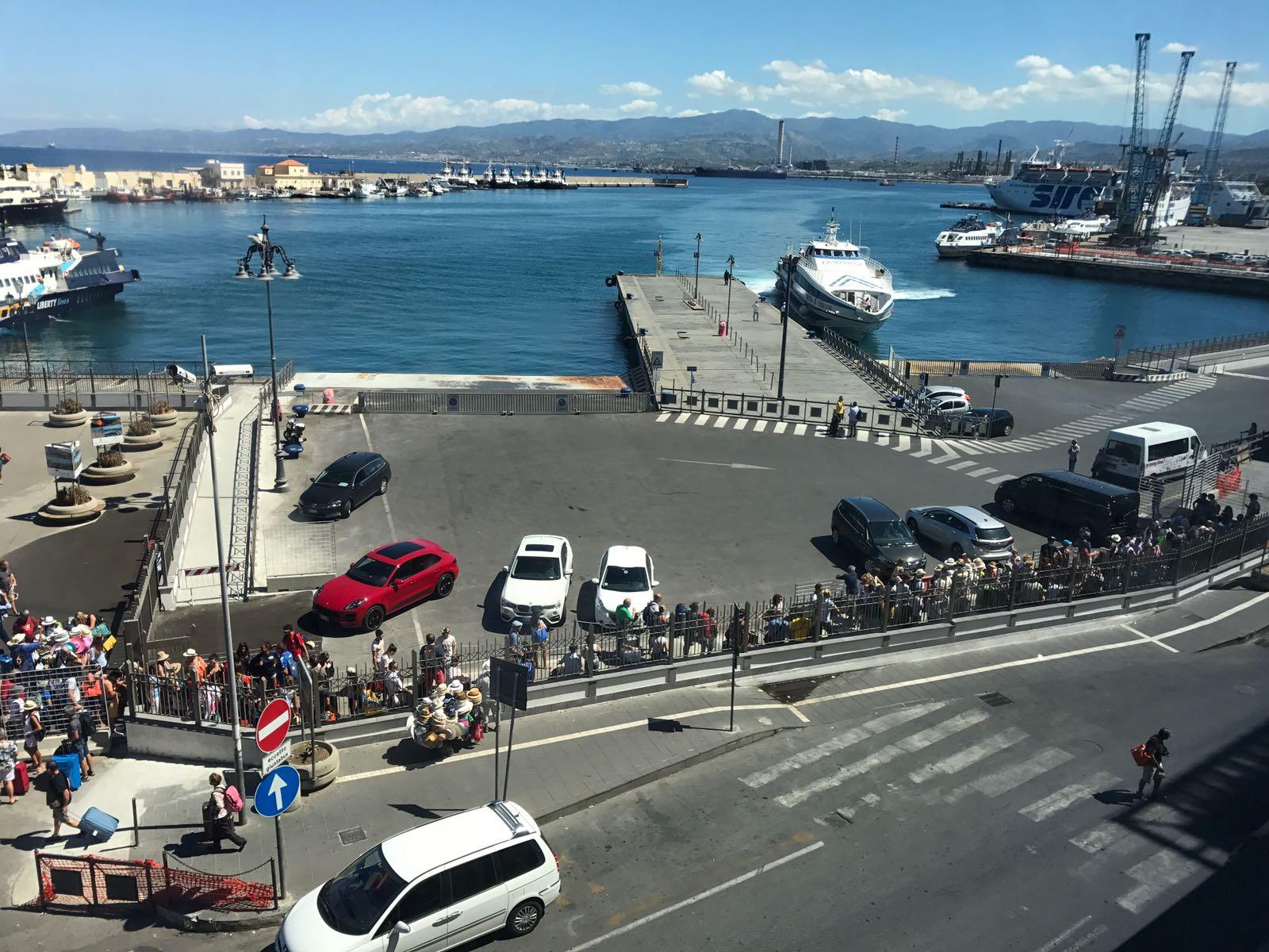 in fila per le partenze da Milazzo con Tarnav