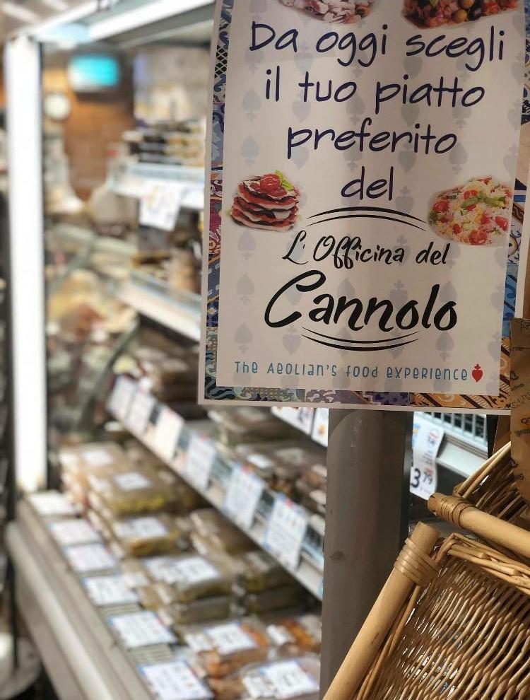 Al maxistore Decò di Lipari,  prodotti by Officina del Cannolo