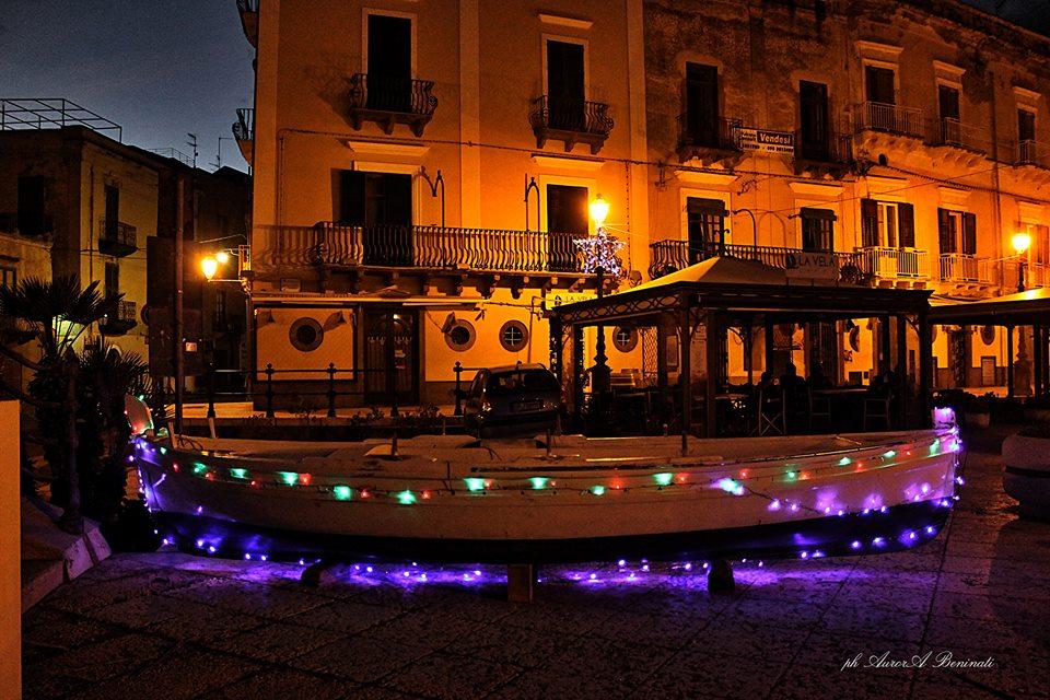 foto Aurora Beninati, a Marina corta barche illuminate grazie ad alcuni volontari