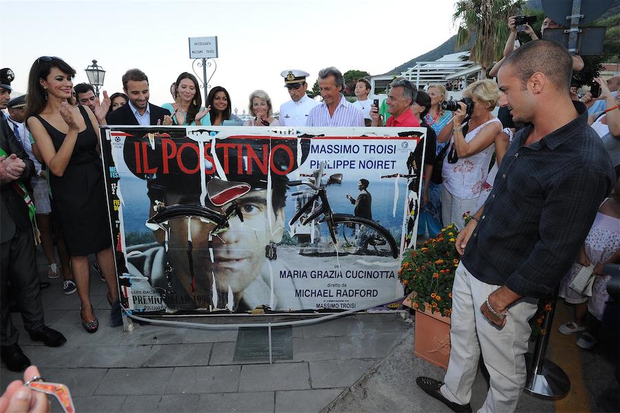 Nel 2012 Maria Grazia Cucinotta scopre la scultura dedicata nella strada intitolata a Troisi