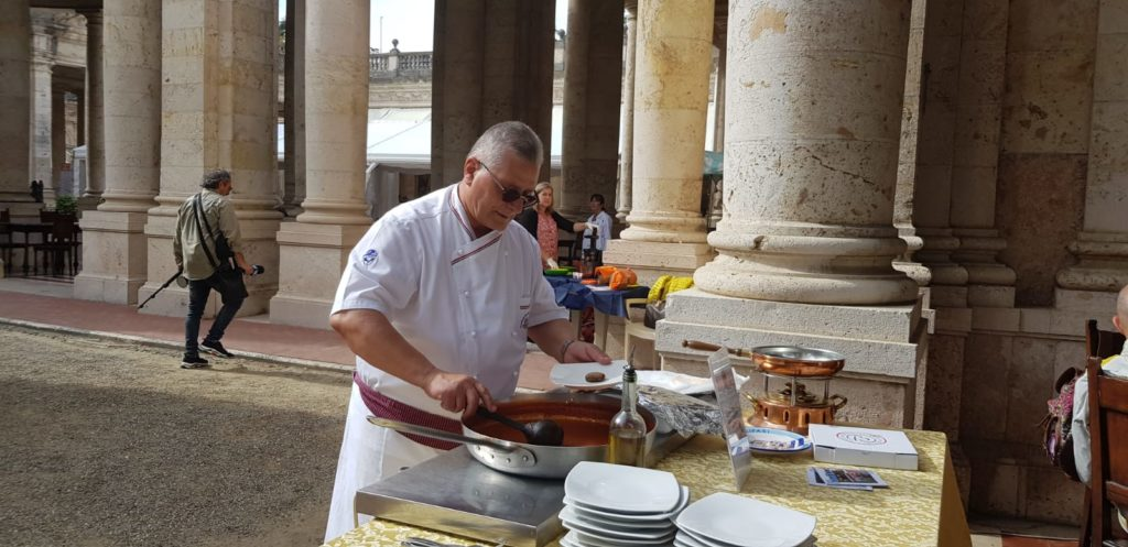 Lo chef Bernardi nella preparazione delle polpette