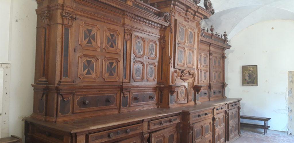 Il bellissimo armadio del 1600, fatto restaturare dalla sovrintendenza, nella sagrestia della Chiesa dei Capuccini