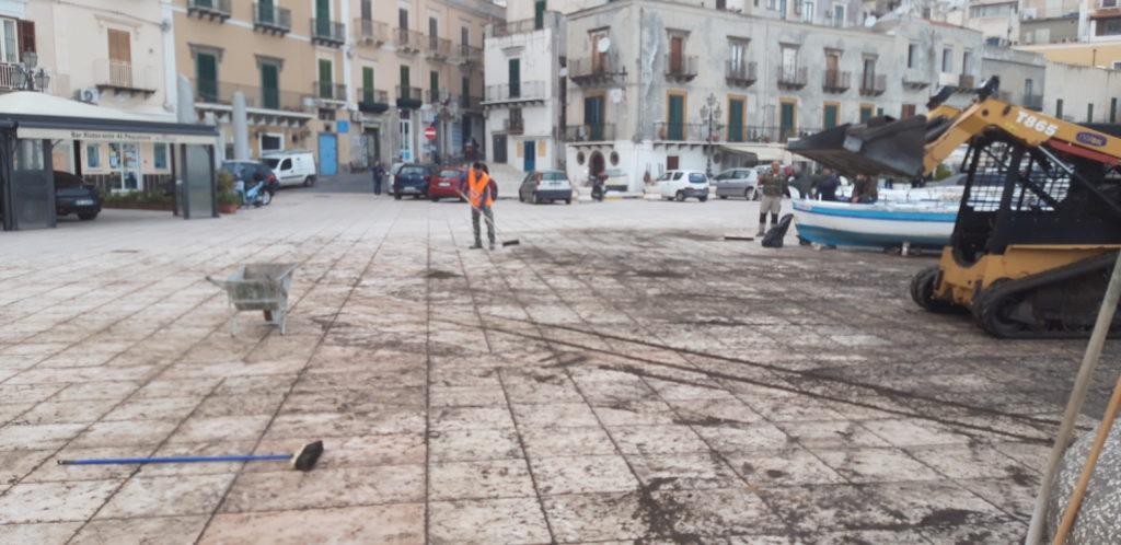 Marina corta, ripulita la piazza