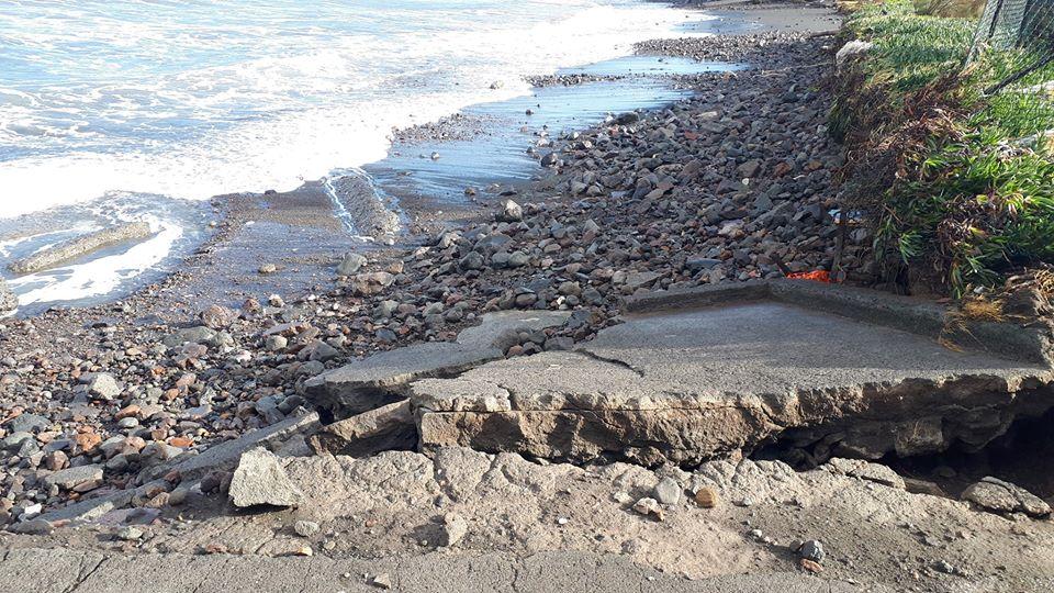 Vulcano : dalle mareggiate, oltre ai danni, la carcassa di un piccolo delfino 2