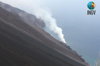 Stromboli, trabocco dal cratere e lava sulla costa 1