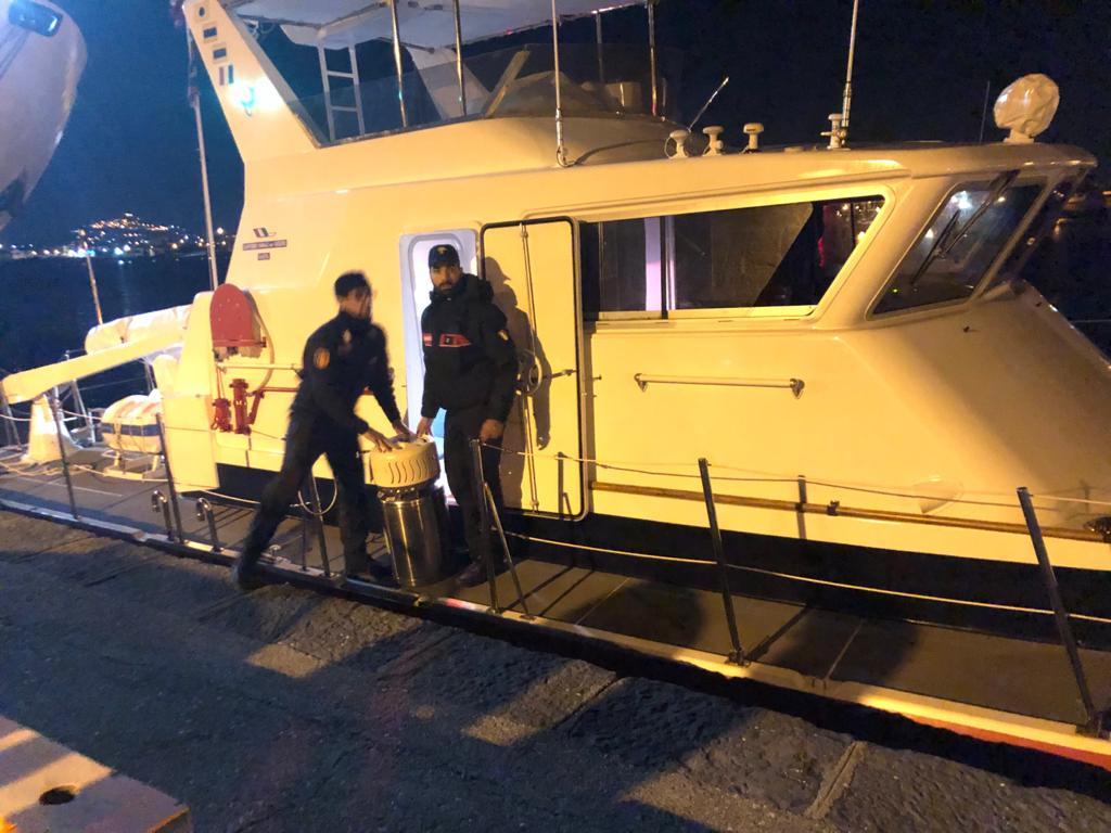 Vulcano : Carabinieri trasportano bombole d'ossigeno per un malato grave