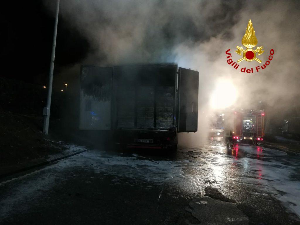 Rimorchio con casse di birra a fuoco nella notte, intervento dei Vigili del Fuoco